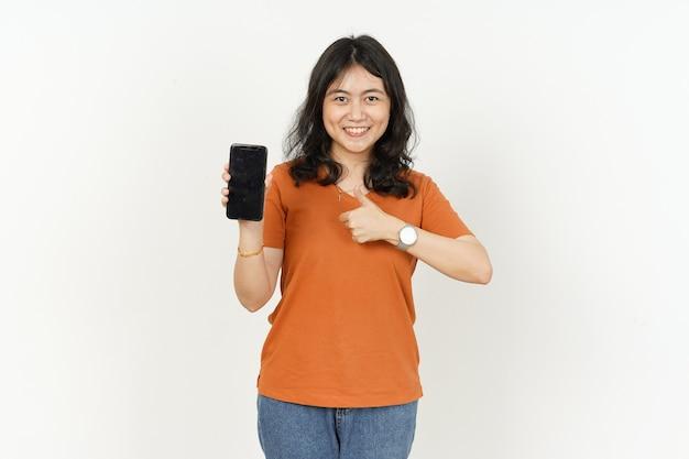 Affichage de l'écran du smartphone vierge avec le pouce vers le haut d'une belle femme asiatique portant un t-shirt orange