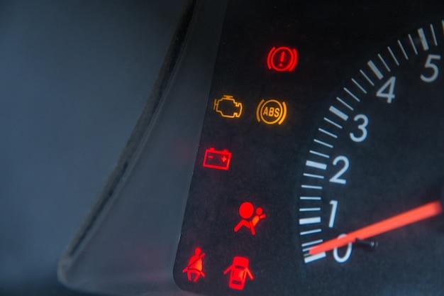 L'affichage à l'écran du voyant d'état de la voiture sur le tableau de bord montre les indicateurs de panne