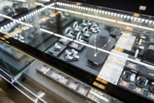 Affichage de la fenêtre du magasin de diamants de bijoux arrière-plan flou avec lumière bokeh