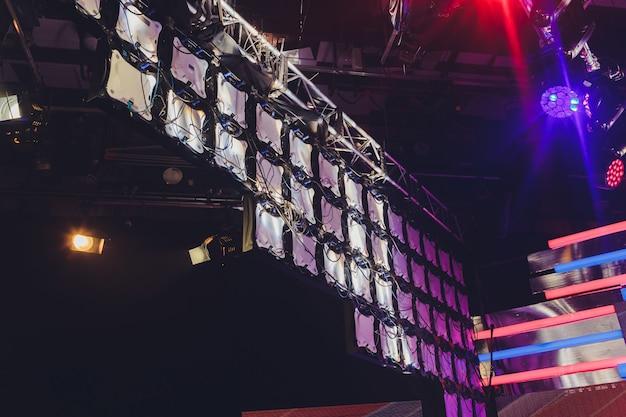 Affichage led modulaire pour un mur d'écran pour projeter des murs vidéo sur le système de panneaux modulaires à led monté. équipement visuel de maille légère de diode rvb de grille pour le panneau d'écran numérique de panneau d'affichage de poignée vidéo.