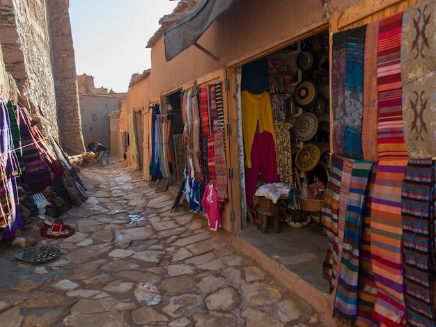 Affichage de magasin de vêtements sur la rue, ait benhaddou, ouarzazate, maroc