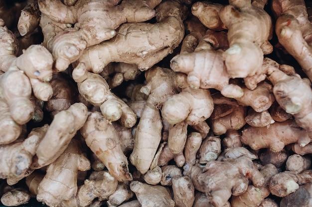 Affichage de racine de gingembre frais au marché