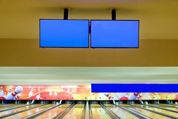 Affichage vierge avec quille de bowling de jeu de sport sur fond de ruelle en bois