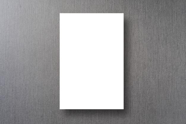 Affiche blanche sur fond de mur de ciment de couleur grise