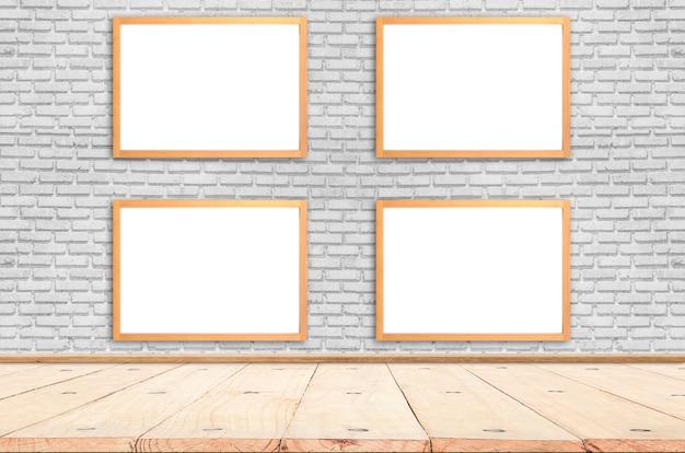 Affiche blanche avec une maquette de cadre en bois sur le mur de briques. maquette.