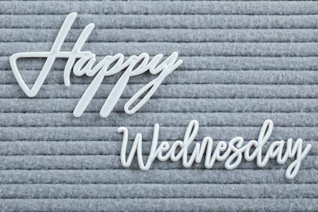 Affiche de bonne semaine écrite avec des symboles de lettre sur le tissu gris
