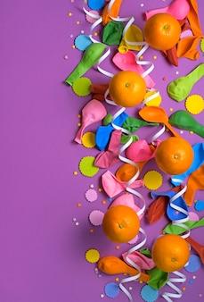 Affiche festive ballons orange ultraviolets de fond pour le carnaval confetti.