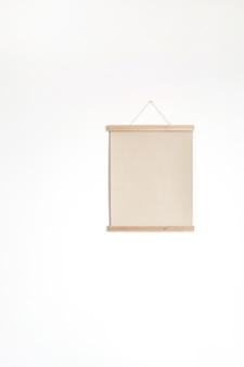 Affiche de feuille de papier vierge sur mur blanc