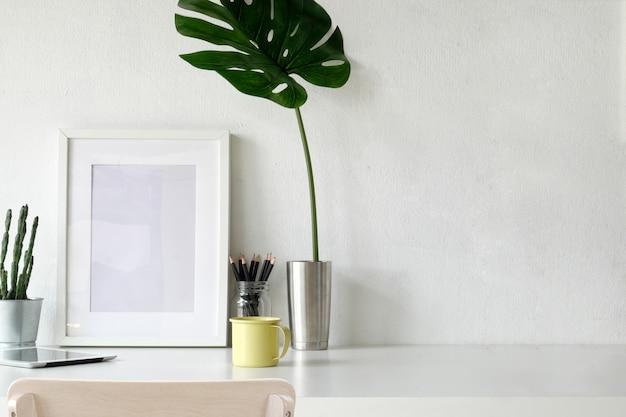 Affiche de la maquette, espace de travail sur un bureau blanc.