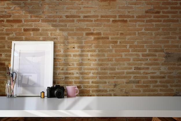 Affiche de maquette de lieu de travail en bois loft et espace de copie
