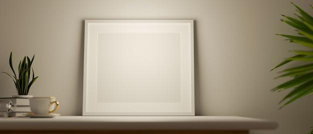 Affiche de maquette sur la table supérieure dans les plantes d'intérieur de meubles blancs d'intérieur de maison de style scandiboho