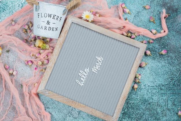 Affiche de mars heureuse avec des fleurs autour de
