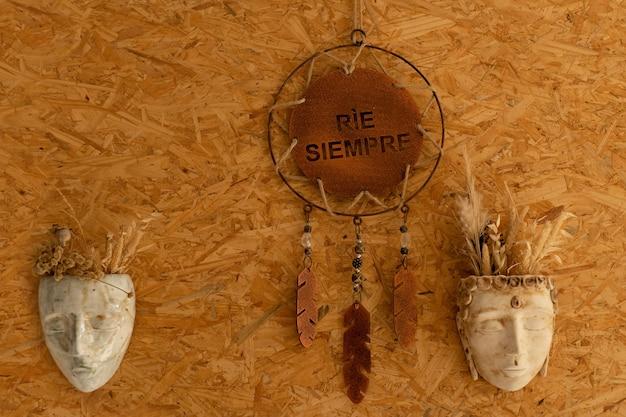 Affiche avec message espagnol et masques en céramique pour décorations murales