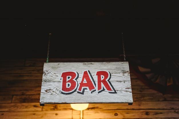 Affiche avec le mot bar en bois.