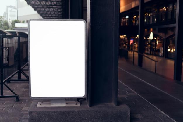 Affiche de panneau d'affichage vide dans le grand magasin, avec un espace de copie pour un message publicitaire.