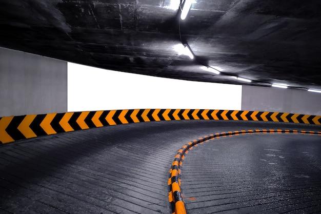Affiche de panneau d'affichage vide dans un parking souterrain.