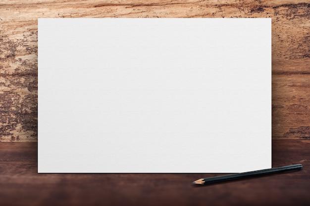 Affiche de papier blanc bannière vierge se penchant sur le mur de bois grunge sur le plancher en bois dans la salle de perspective