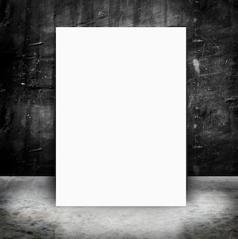 Affiche en papier dans le mur de béton et le ciment vide grunge