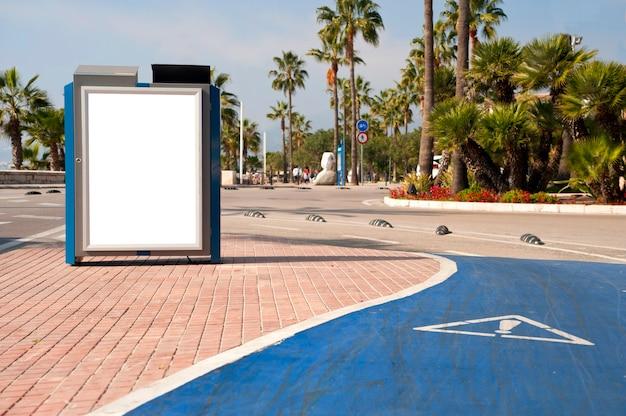Affiche publicitaire électronique vierge avec écran d'espace vierge pour votre message texte ou promotionnel