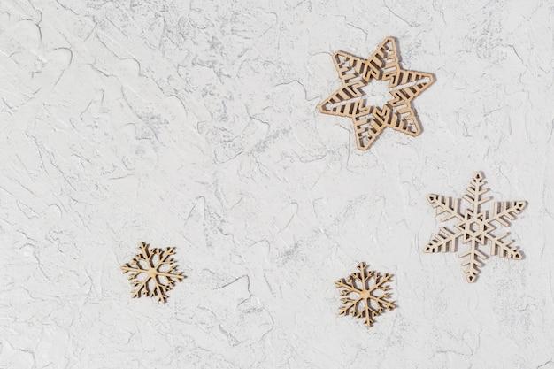 Affiche de vente de noël avec des flocons de neige en bois sur fond clair avec espace de copie