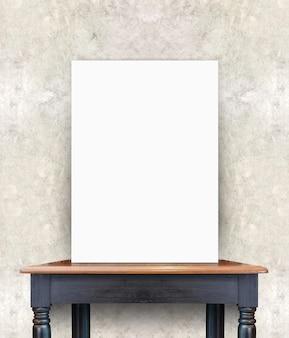 Affiche vide sur une table en bois vintage au mur de béton, modèle pour ajouter votre contenu