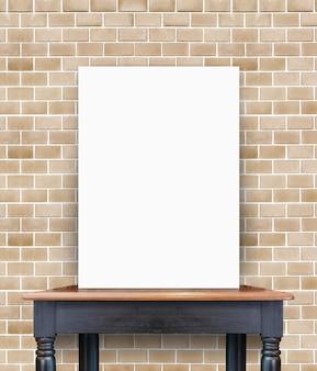 Affiche vide sur une table en bois vintage au mur de briques, modèle pour ajouter votre contenu
