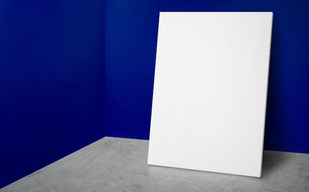Affiche vierge au coin d'un mur bleu vif et d'une salle de studio au sol en béton avec fond