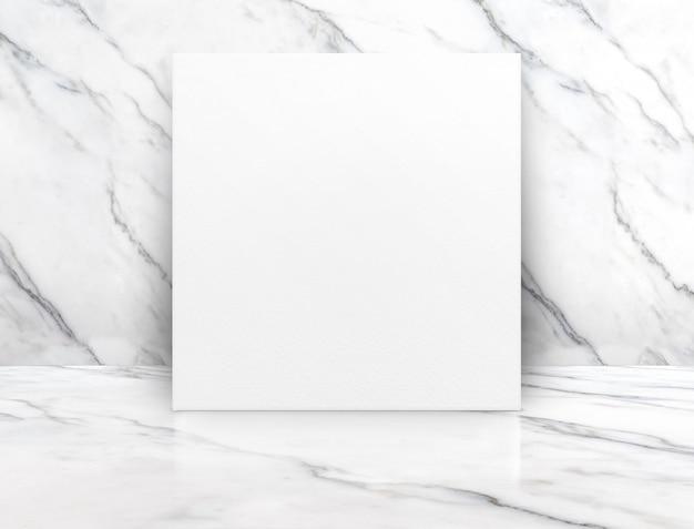 Affiche vierge blanche sur un sol en marbre blanc brillant se penchant au mur