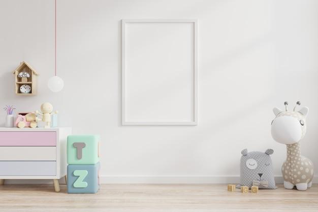 Affiche vierge avec des jouets sur le mur blanc