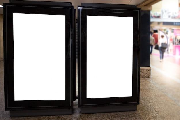 Affiche vierge de panneau d'affichage de deux stations de sreet pour l'espace de panneau publicitaire