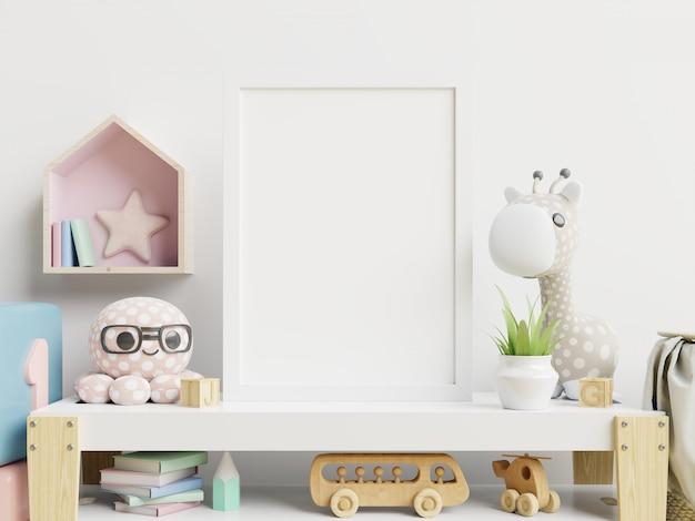 Affiche vierge et table avec des peluches sur mur blanc