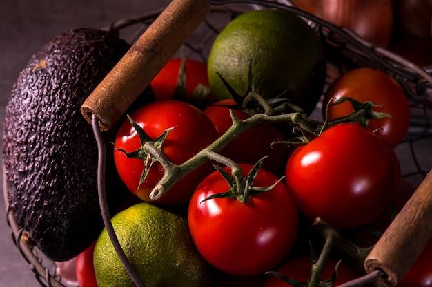 Affiche d'un vieux panier avec des tomates à l'ail et à l'oignon pour décorer la cuisine