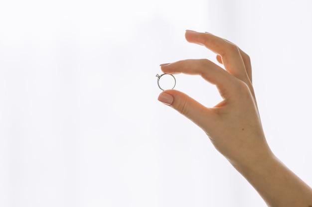 Afficher la bague sur le doigt isolé sur fond blanc