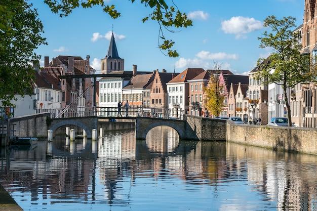 Afficher le long d'un canal à bruges flandre occidentale en belgique