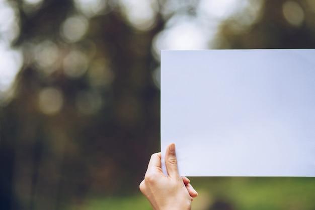 Afficher papier d'affaires en main sur la nature