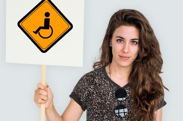 Afficher le signe d'avis de handicap de fauteuil roulant de handicap