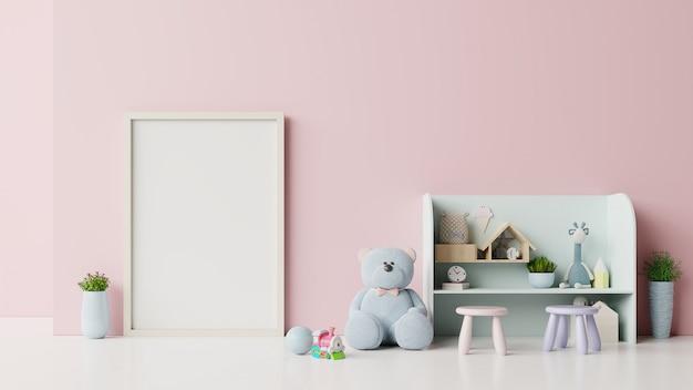 Affiches à l'intérieur de la chambre d'enfant rose.