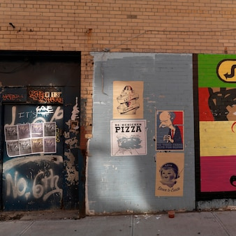 Affiches sur un mur à manhattan, new york, états-unis