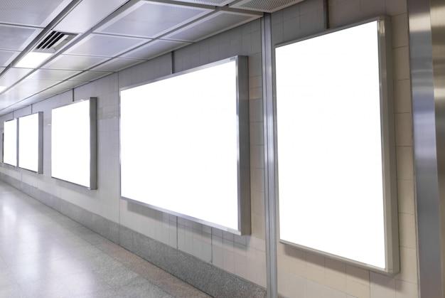 Affiches Vierges Dans La Station De Métro Pour La Publicité. Photo Premium