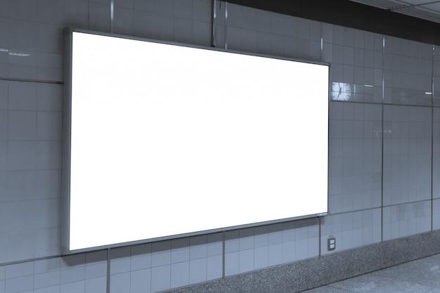 Affiches vierges dans la station de métro pour la publicité.