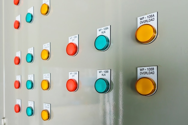 Afficheur technique sur tableau de commande avec armoires d'appareillage électrique, éclairage
