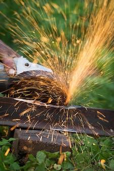Affûtage et coupe du fer par machine à disque abrasif