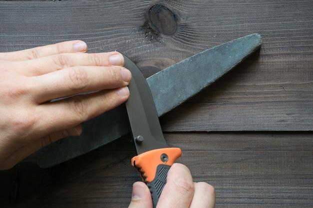 Affûtage du couteau de survie sur une pierre