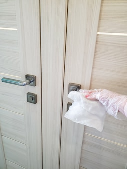 Afin de prévenir la propagation du virus et de la pandémie, essuyez les poignées des portes publiques, les toilettes, la porte d'entrée et les autres portes