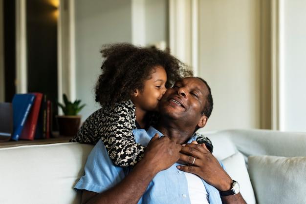 Africain embrassant son père