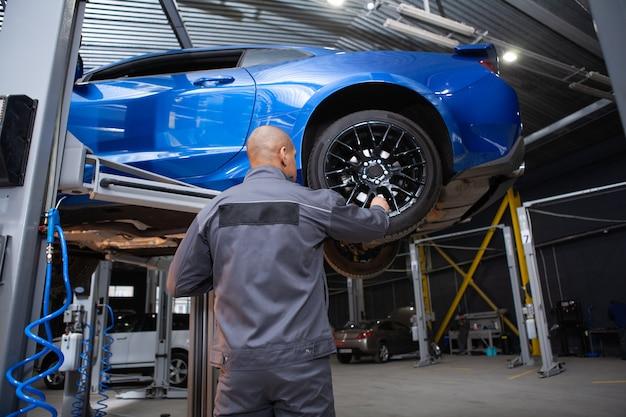 Africain, mâle, voiture, service, ouvrier, réparation, voitures, sien, atelier