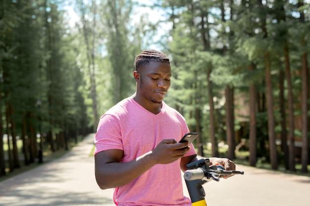 Un africain à travers une application mobile prend une location de pompe électrique
