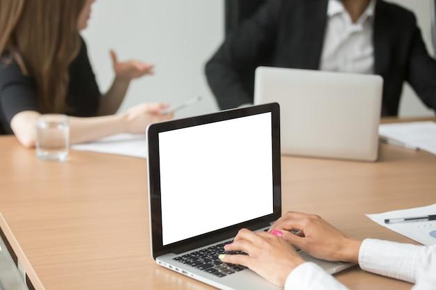Africaine, femme affaires, analyse, statistiques, sur, ordinateur portable, à, réunion groupe
