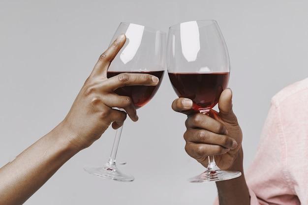 Les africains dans un studio. mur blanc. les gens avec la vigne.