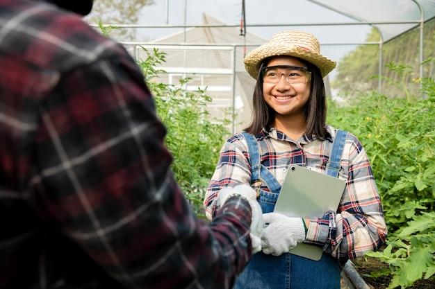 African american farmer holding tablet pour rechercher des informations et vérifier les arachides fraîches dans l'agriculture